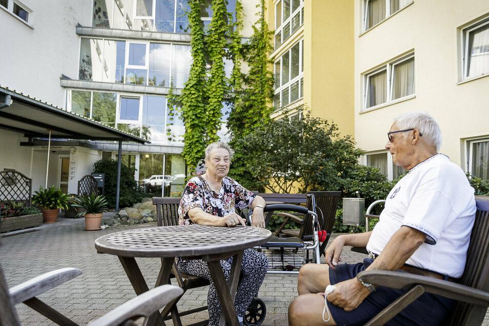 Rainer Wolf besucht seine Bekannte Brigitte Fietze. Sie lebt im Alten- und Pflegeheim des DRK in Görlitz-Königshufen.