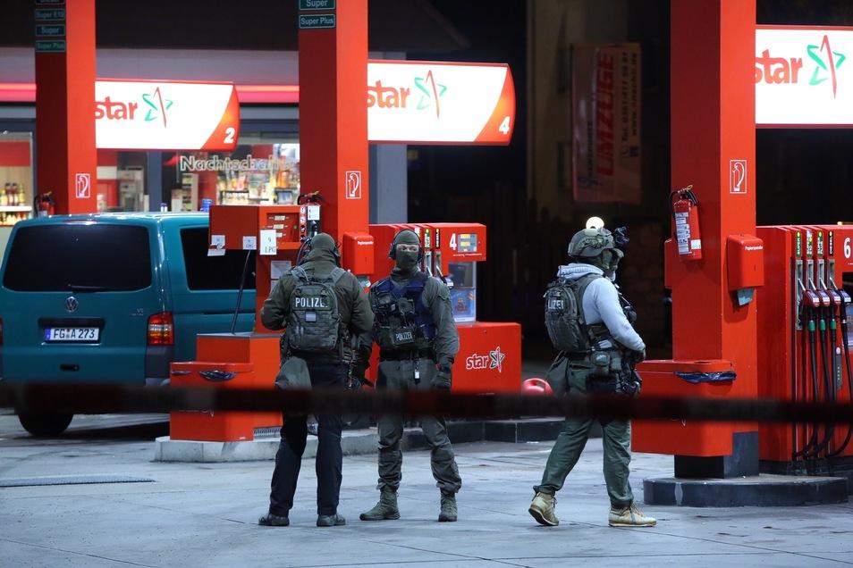 Das SEK hat die Tankstelle an der Dohnaer Straße abgeriegelt.