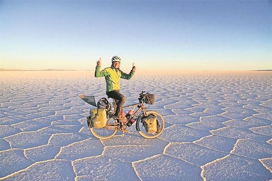 Spektakuläre Aussichten hatte der Dresdner oft – hier auf einem kilometerweiten Salzsee in Bolivien. Fotos: privat (3)