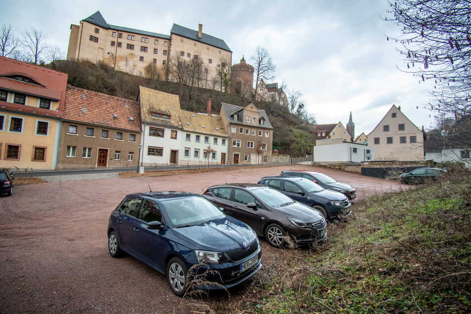 Beim Ausbau des Leisniger Schlossberges ist auch eine Fläche als Parkplatz gestaltet worden. Die Kommune will die Anwohner bitten, diesen häufiger als bisher zu nutzen, damit der Verkehr auf dem Berg rollen kann.