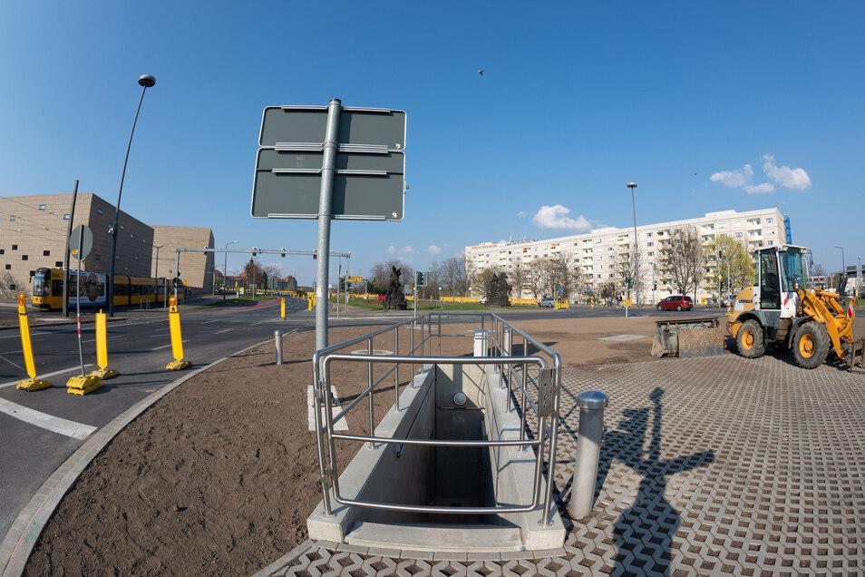 Vor der Carolabrücke wurde ein unterirdisches Wehr am Rathenauplatz errichtet. Davon ist an der Oberfläche auf der Verkehrsinsel nur dieser Zugang für Monteure zu sehen, der für Wartungsarbeiten benötigt wird.