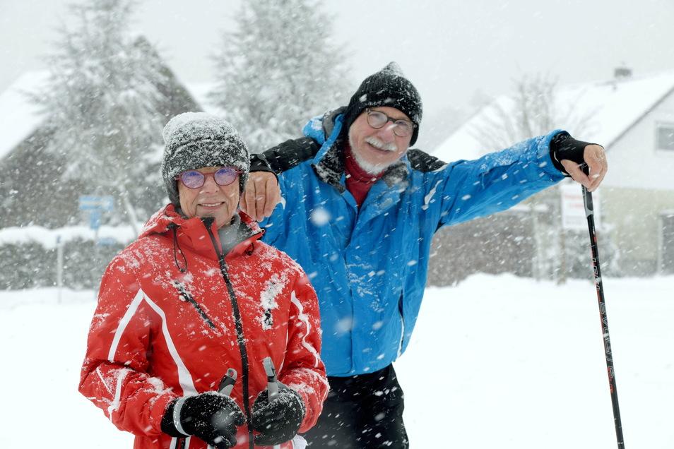 Im dichten Schneetreiben sind Regina und Wolfgang Schmidt aus Lawalde mit den Langlaufski unterwegs.