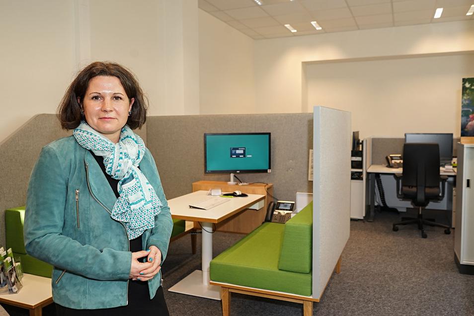 Bautzens Barmer-Chefin Susann Wehle freut sich über die neuen Geschäftsräume im Bahnhof.