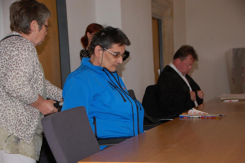Thomas Prinz, Stadtrat der AfD in Freital, soll sich vor Gericht wegen Betrugs verantworten. Das Foto entstand beim Prozessauftakt im September 2019.
