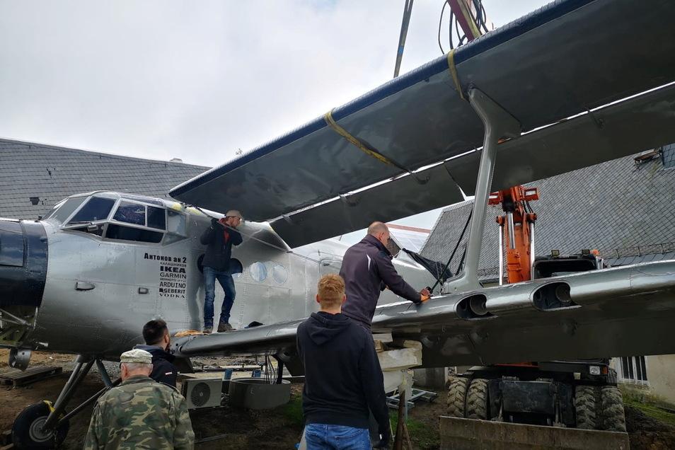 Gleich mehrere Helfer waren angerückt, als die Tragflächen an die Antonov AN2 montiert wurden.