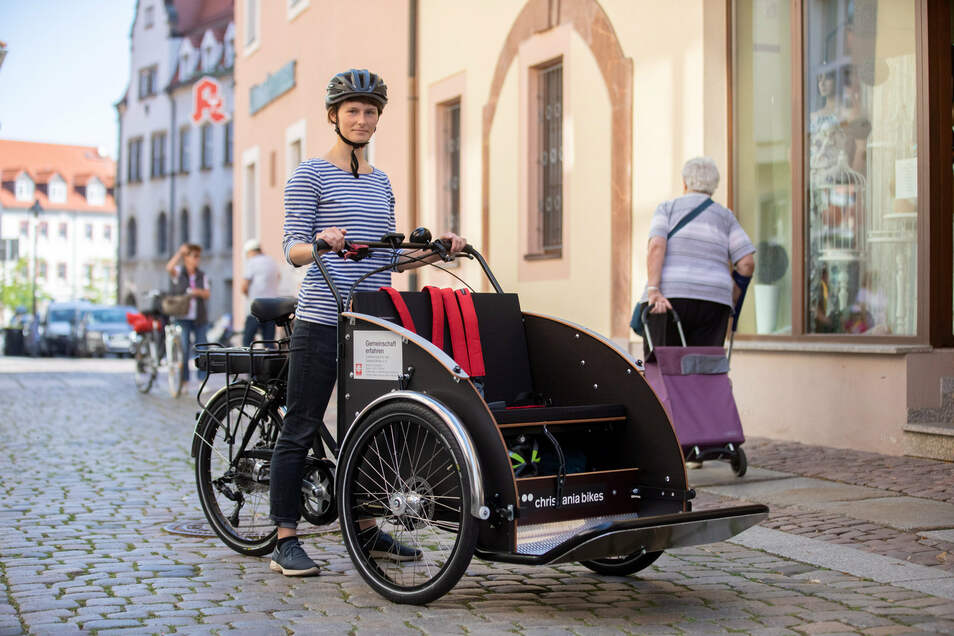 Projektmitarbeiterin Laura Gutschow fährt Rikscha.