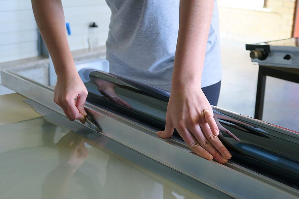 H Wer Sonnenschutzfolien selbst anbringt, kann Geld sparen - muss dann aber die Scheiben gut reinigen und die Folien zurecht schneiden