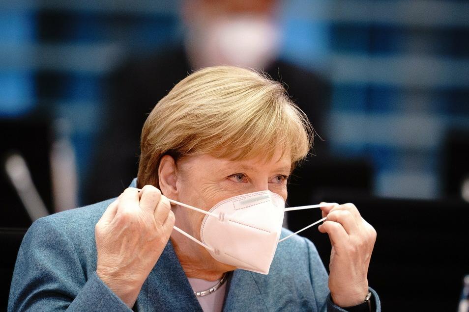 Eine solche FFP2-Maske, wie sie die Kanzlerin hier trägt, können jetzt Menschen ab 60 und aus Risikogruppen erhalten.