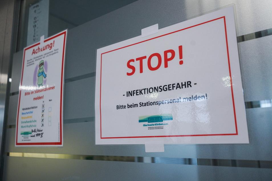 Schilder weisen auf der Intensivstation auf die Infektionsgefahr hin.