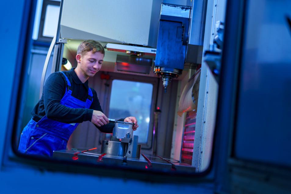 Stefan Dreher absolvierte in njumii – das Bildungszentrum des Handwerks die Meisterausbildung im Feinwerkmechanikerhandwerk im Elektro- und Metallgewerbe.