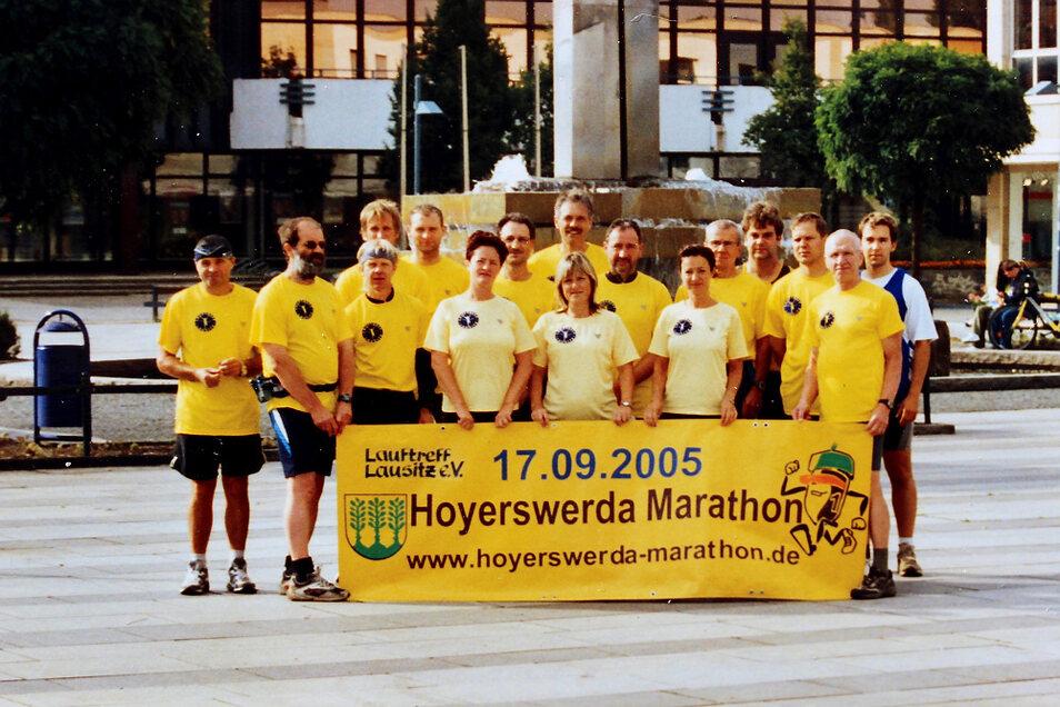 Der damals 26 Mitglieder zählenden Lauftreff Lausitz nahm sich ein Jahr Zeit, um den 1. Hoyerswerda-Marathon zu organisieren. Dieser Wettkampf war 2005 ein besonderer Veranstaltungshöhepunkt mit dem 50-Jahre-Hoyerswerda-Neustadt-Jubiläum.
