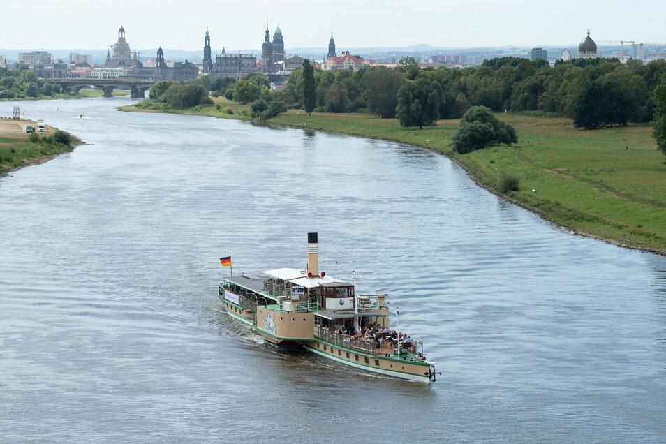 """Der historische Schaufelraddampfer """"Stadt Wehlen"""" fährt auf der Elbe vor der Kulisse der Altstadt."""