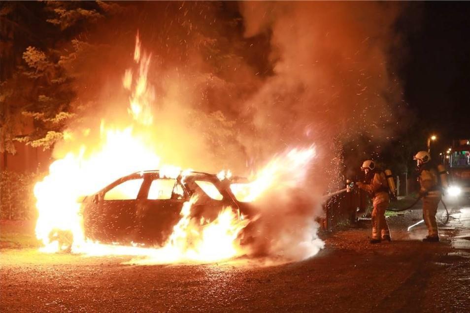 Gleich drei Mal musste die Feuerwehr in der Nacht zum Mittwoch nach Hellerau ausrücken, weil dort Autos brannten.
