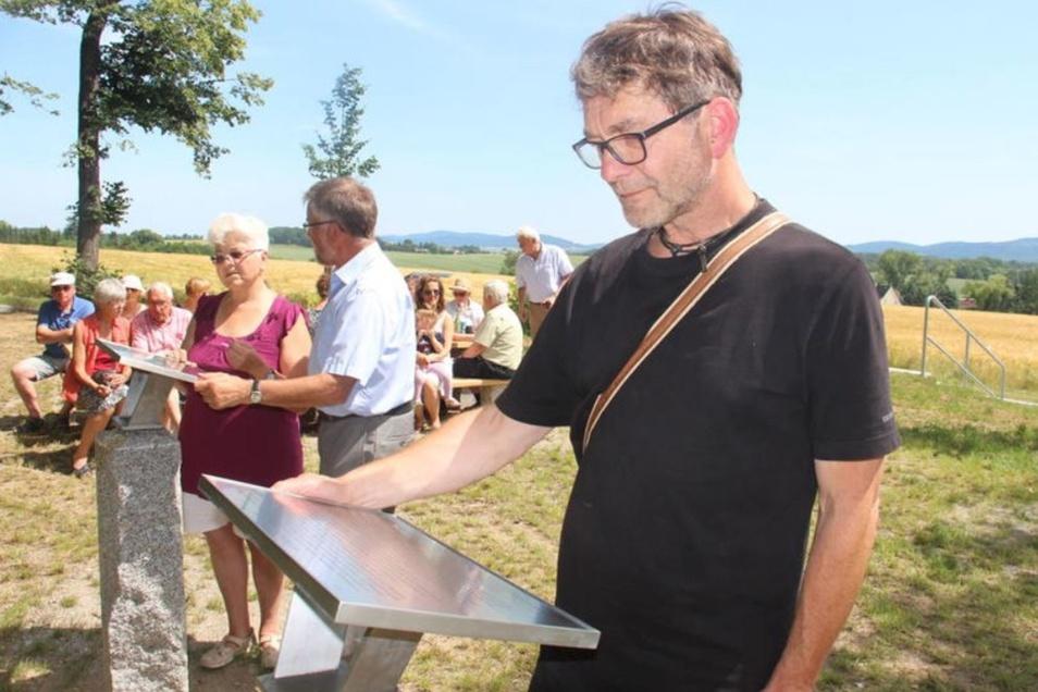 Der Heimatverein Göda hat den Rastplatz bei Neubloaschütz einladend gestaltet. Helene Herberg, Peter Beer und Ralf Hupka (v.l.) begutachten die Infotafeln.