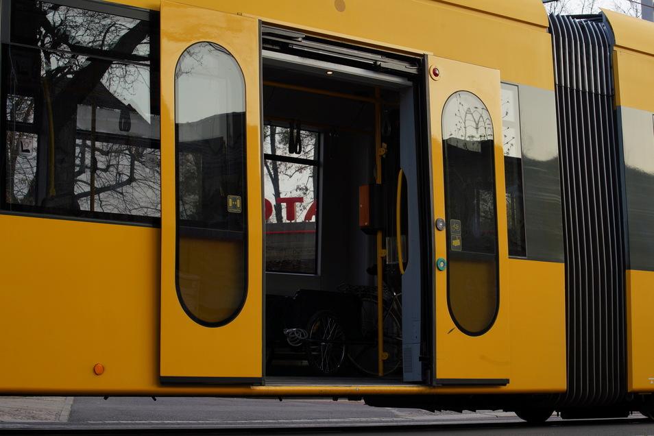 Ein Mann hat sich in einer Dresdner Straßenbahn entblößt.