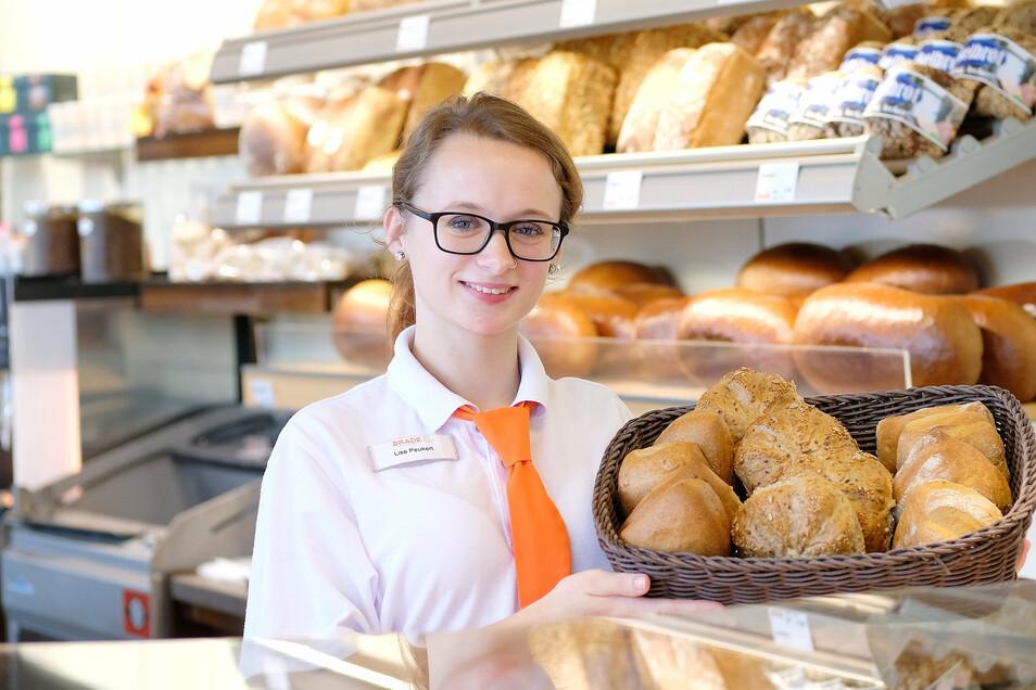 Lisa Peuckert ist die beste Bäckereifachverkäuferin im Landkreis Meißen und die einzige Frau unter den besten Auszubildenden ihres Jahrgangs. Sie hat sowohl in der theoretischen als auch in der praktischen Prüfung mit 1,0 bestanden.