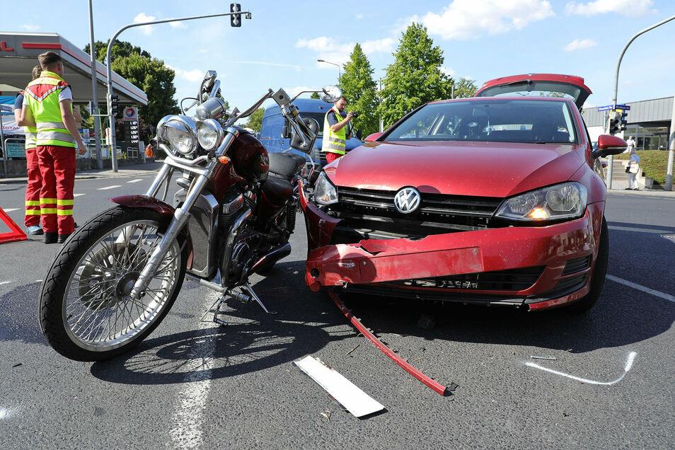 Beim Zusammenstoß mit einem VW Golf wurde der Fahrer einer Suzuki verletzt.
