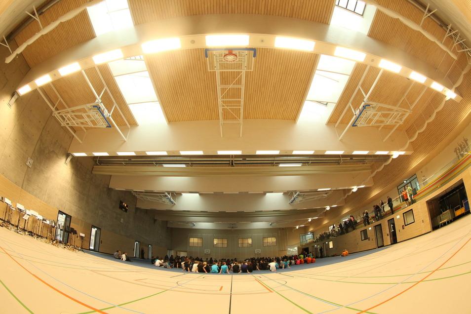 Das Dach der relativ neuen Cottaer Sporthalle bereitet Probleme. Die Stadt hat die Halle nun komplett gesperrt.
