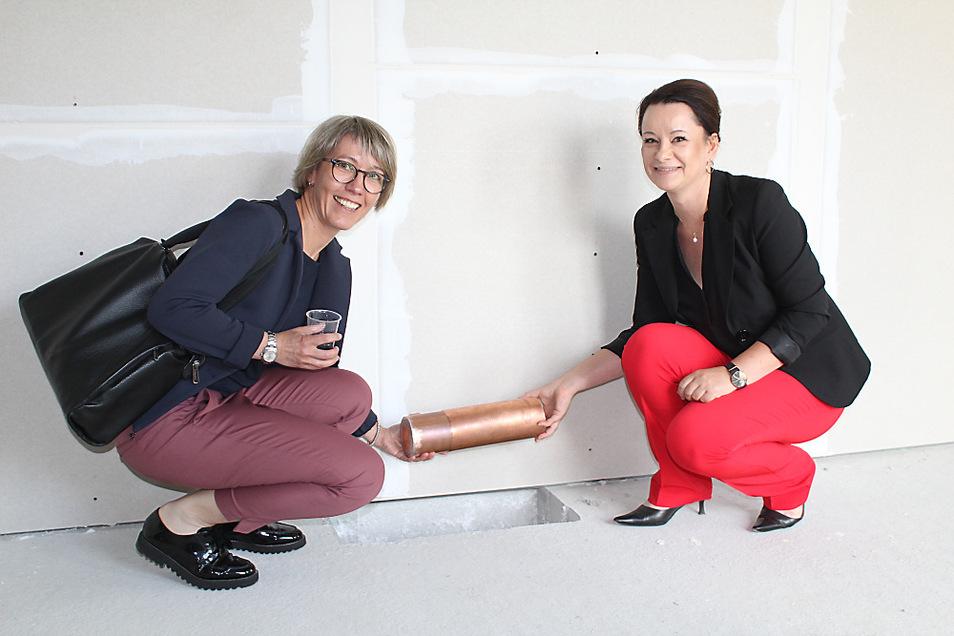 Silke Schlegel (links) und Christina Lumper vom Vorstand der Diakonie Libera versenkten im Obergeschoss des neuen Quartierhauses eine Zeitkapsel.