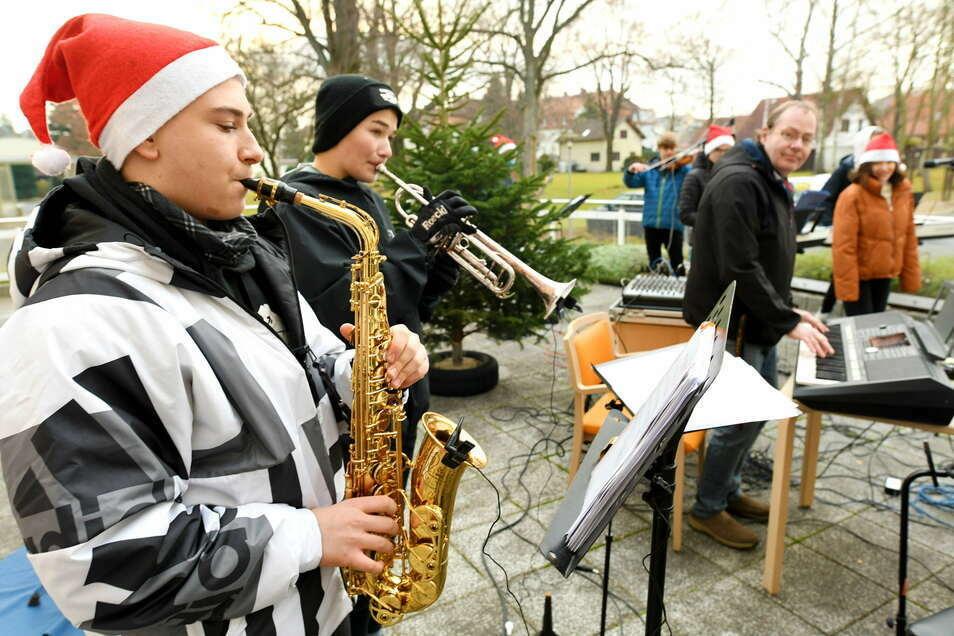 Die Schülerband der Parkschule unter Leitung von Musiklehrer Jens Köhler spielte für die Bewohner des Alten-und Pflegeheims St. Jakob ein vorweihnachtliches Konzert.