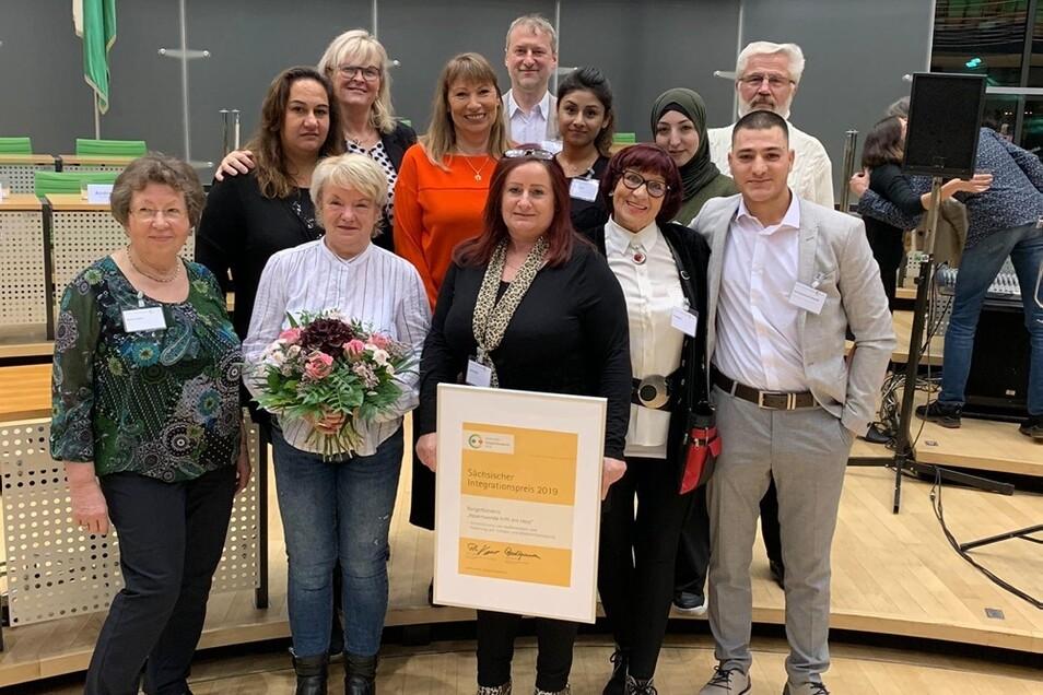 """Die Mitglieder des Bürgerbündnisses """"Hoyerswerda hilft mit Herz"""" freuen sich über die Auszeichnung mit dem Sächsischen Integrationspreis 2019."""