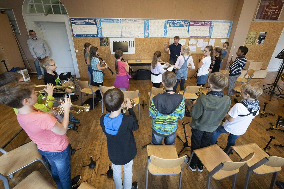 Im Musikunterricht wird auch wieder an Blasinstrumenten geübt. Das geht – vorausgesetzt, der Klassenraum wird regelmäßig gelüftet.