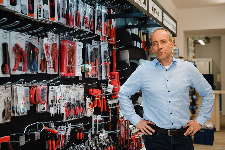 Hagen Fritsche leitet die Görlitzer Niederlassung des Elektro-Großhändlers Sonepar. Hier steht er im Görlitzer Verkaufsraum.