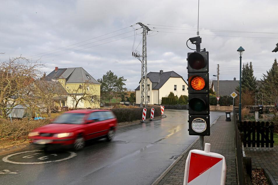 Eine Baustellenampel regelte am Dienstag den Verkehr nahe des ehemaligen Admiral in Bobersen.
