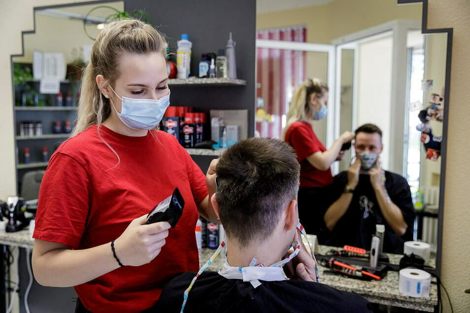 Friseurlehrlinge - wie hier Josi Schünemann im Salon Martina der Figaro Görlitz GmbH auf der Reichertstraße - können ihre theoretische Ausbildung weiterhin in Görlitz machen.
