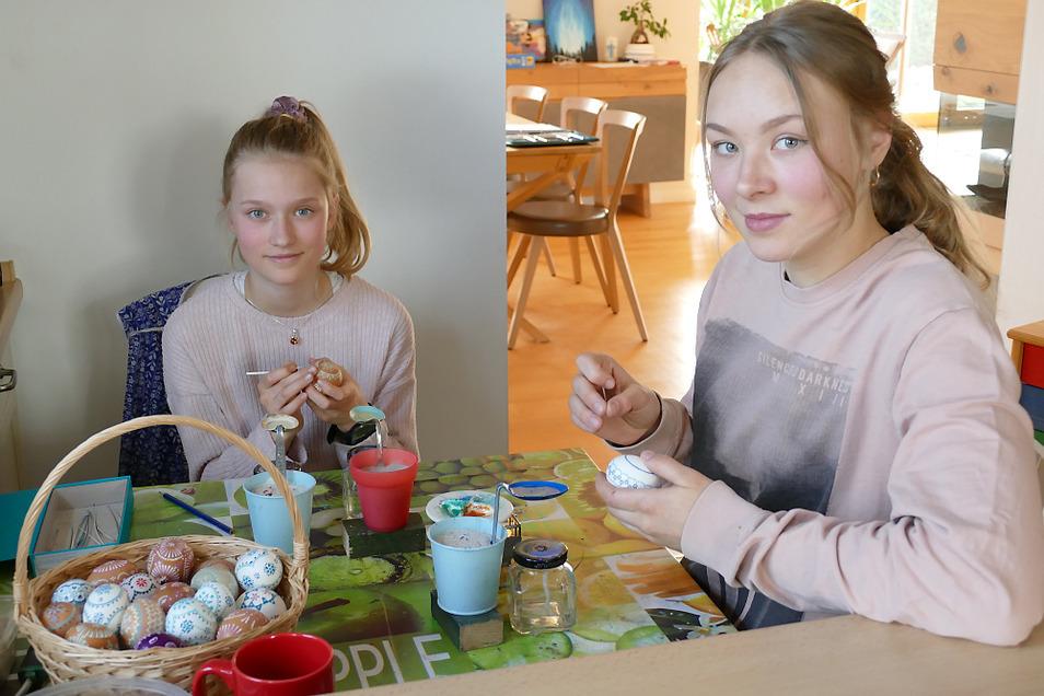 Elea (li) und Emilia nutzen jede freie Zeit, um in der Küche Ostereier zu verzieren. So, wie es schon früher bei der Oma war.