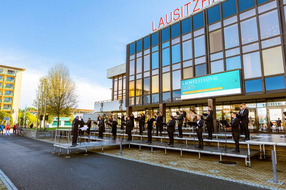 """EIN BLICK ZURÜCK: Das Chorkonzert """"Gebete am Meer"""" im Rahmen des Lausitz-Festivals am 4. Oktober 2020 auf Hoyerswerdas Lausitzer Platz thematisierte die """"Flüchtlings""""-Krise seit 2015 am Mittelmeer."""