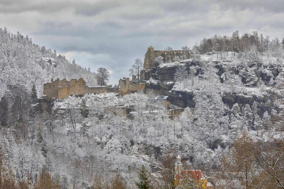 Weiß überzogen zeigen sich Burgruine und Berg Oybin.