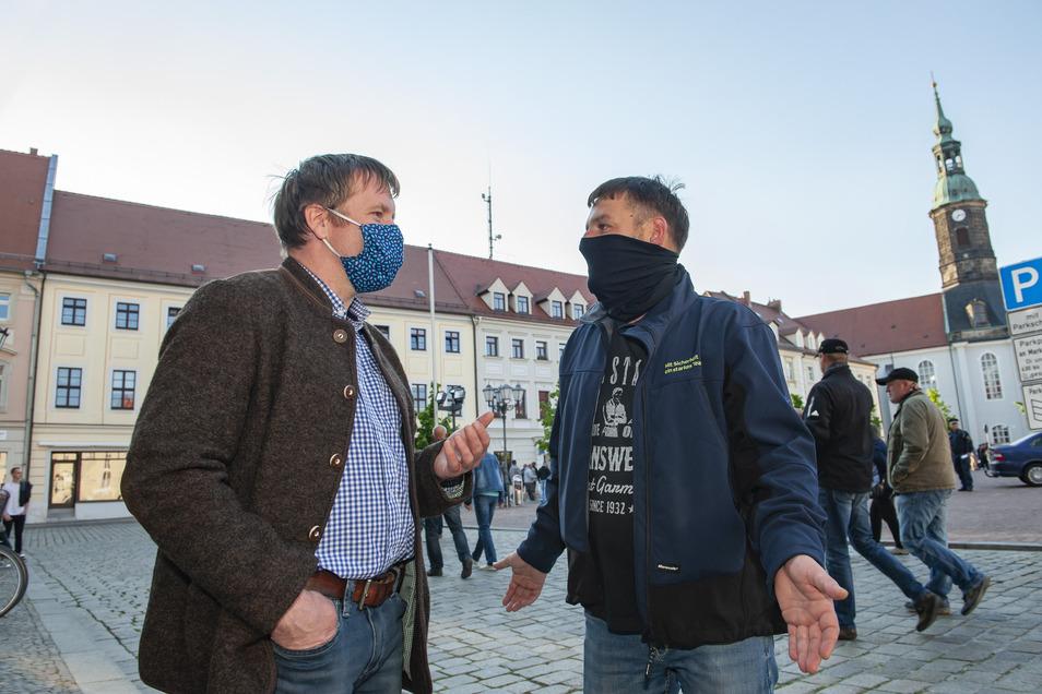 Großenhains Oberbürgermeister Sven Mißbach im Gespräch mit Christian Tarkotta. Der Familienvater kritisiert unter anderem die Regelungen für die Beschulung und Kinderbetreuung.