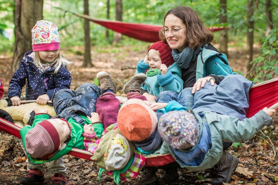 Tagesmutter Claudia Wohlgemuth testet mit ihren Kindern die Strapazierfähigkeit einer Hängematte.