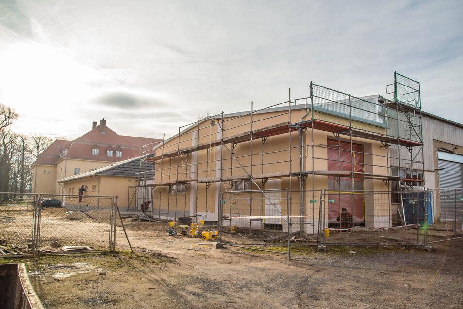 Der Neubau des Feuerwehr-Gerätehauses in Jänkendorf schreitet voran. Die Fassade ist fast fertig und auch im Inneren hat sich bereits einiges getan. Das frostfreie Wetter kommt den Bauarbeitern zugute.
