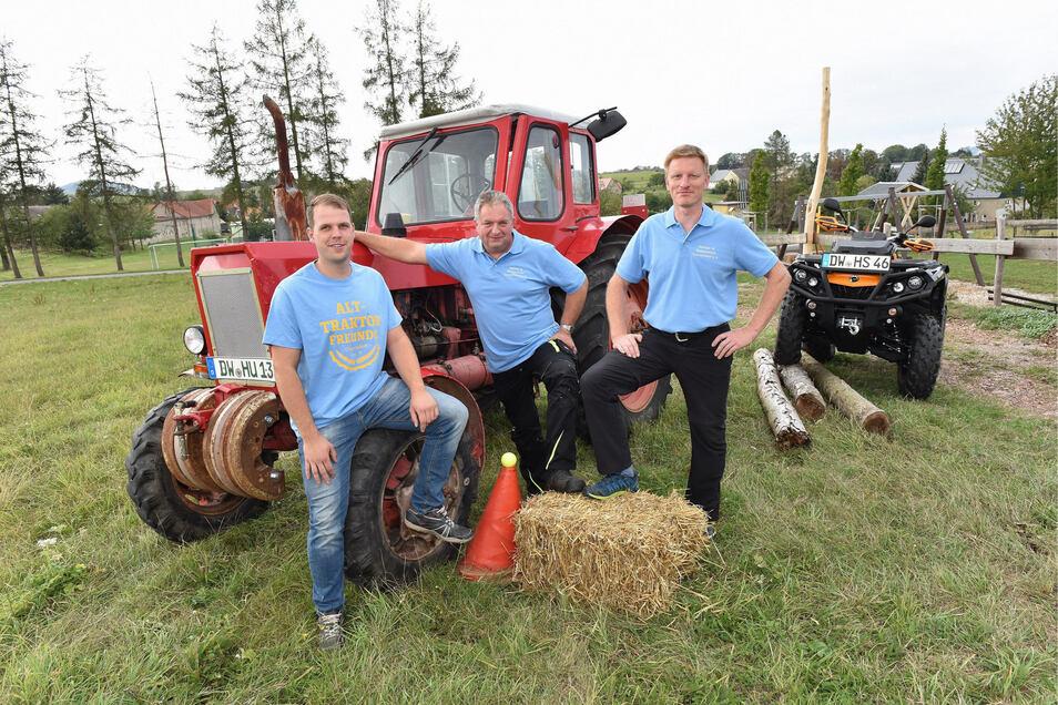 Rico Schneider hatte nicht nur die Idee, einen Geschicklichkeitswettkampf auszutragen. Er startet auch mit seinem Traktor. Beim Organisieren des Wettbewerbs helfen Harald Schmoeller und Heimatvereinschef Falk Nitzschner (v.li.).