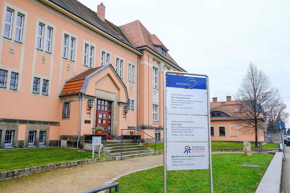 Keiner in den Klassenzimmern. Die Evangelische Grundschule an der Wilhelm-Eichler-Straße ist seit Montag geschlossen.