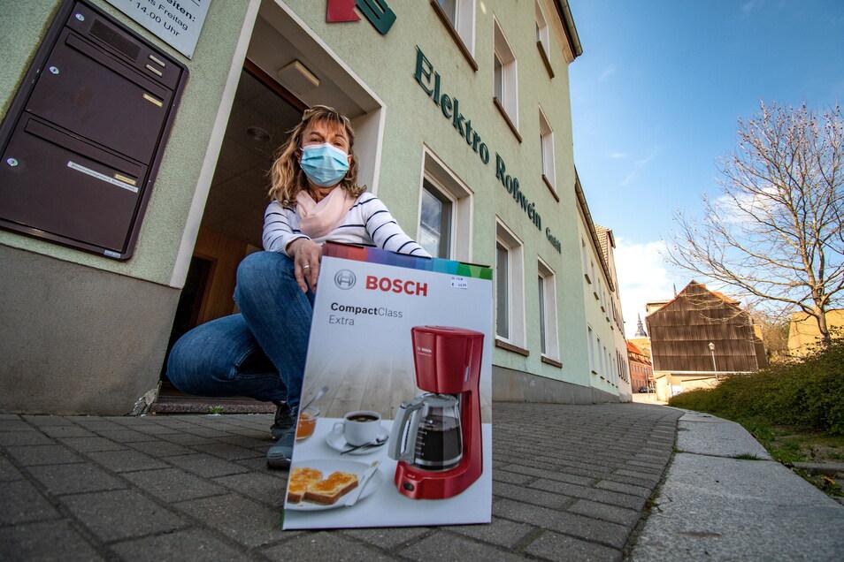 Janett Pomsler verkauft nach Anruf Kaffeemaschinen und andere elektrische Artikel für die Elektro Roßwein GmbH.