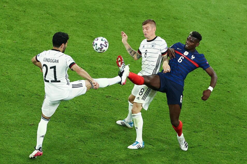Es war ein umkämpftes Spiel. Ilkay Gündogan und Toni Kroos konnten den Spieler des Spiels Paul Pogba in dieser Aktion nicht stoppen.