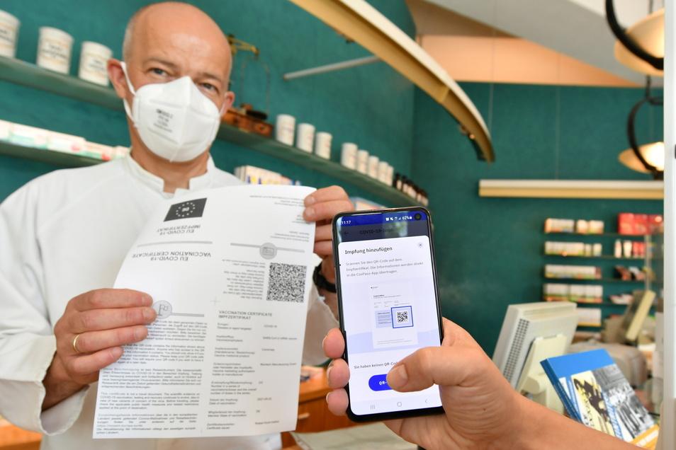 Rolf Leonhard von der Kronen-Apotheke in der Dresdner Neustadt stellt seit Montag digitale Impfzertifikate aus. Weitere 80 Apotheken in der Stadt bieten den Service inzwischen an.