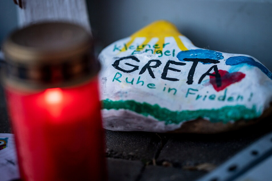 Bemalte Steine und Kerzen liegen im Juni 2020 vor dem Eingang der Kindertagesstätte in Viersen.