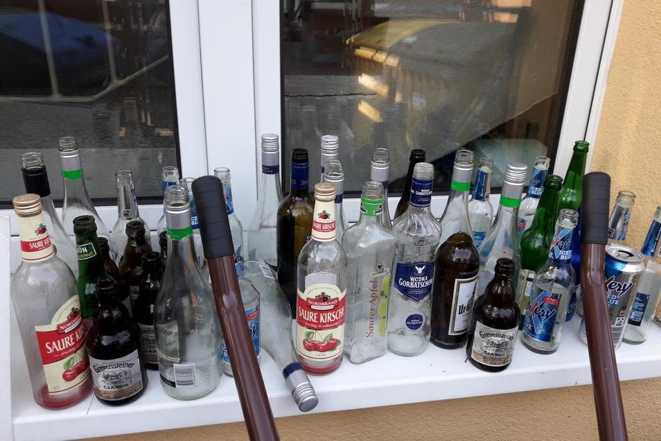 Unmengen an Leergut, darunter auch Schnapsflaschen, finden die Mitarbeiter der Sohlander Gemeindeverwaltung an manchem Morgen auf dem Gelände rund um die Oberschule.