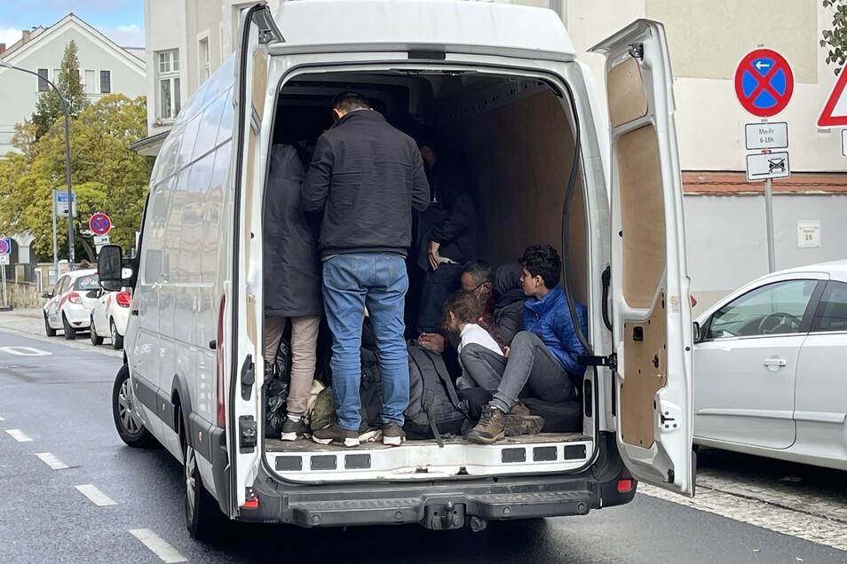 Die Beamten fanden die 25 Personen im Transporter auf engstem Raum beieinander.