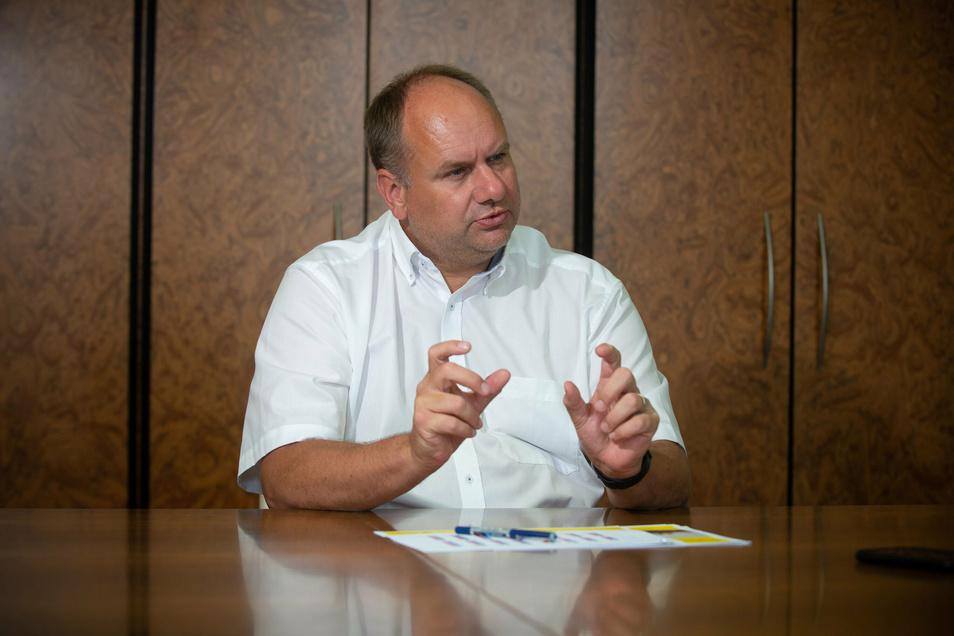 Oberbürgermeister Dirk Hilbert (FDP) bremst die SPD in ihrer Kritik an seinem Management aus.