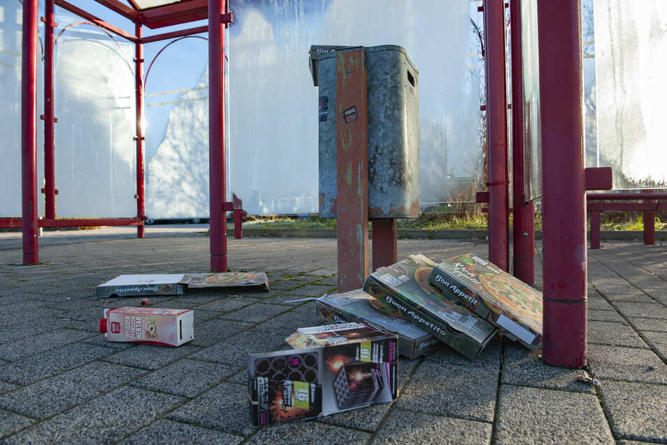Müll liegt überall, wie hier am Busbahnhof Großenhain. Dem sagen Kupferbergschüler jetzt den Kampf an.