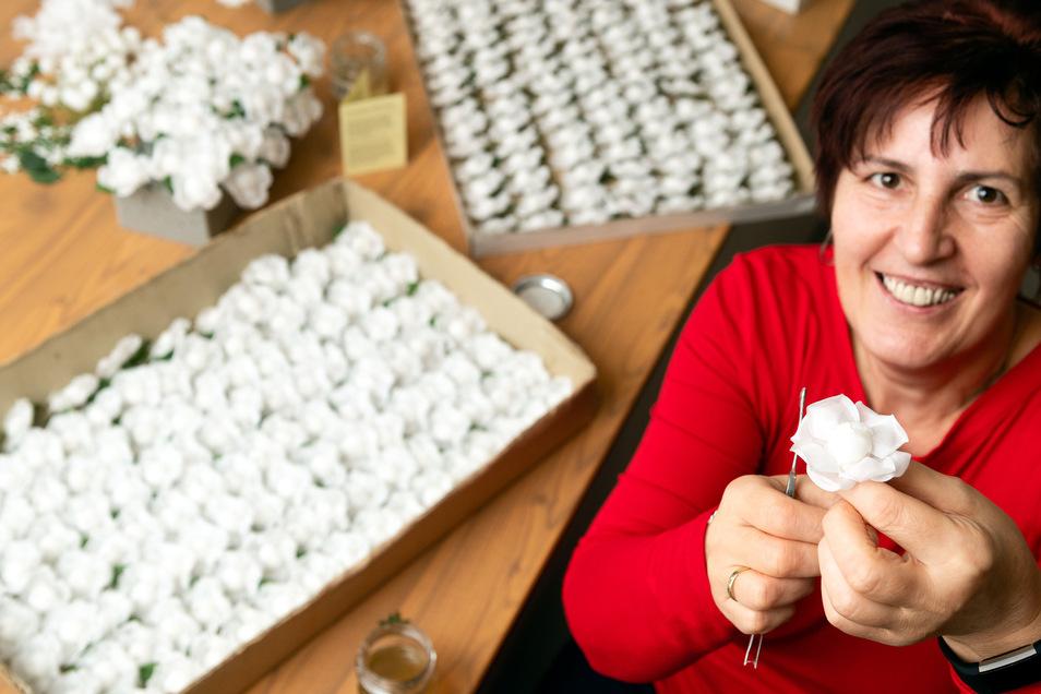 Viola Scheibe, hier mit weißen Rosen aus der Sebnitzer Manufaktur.