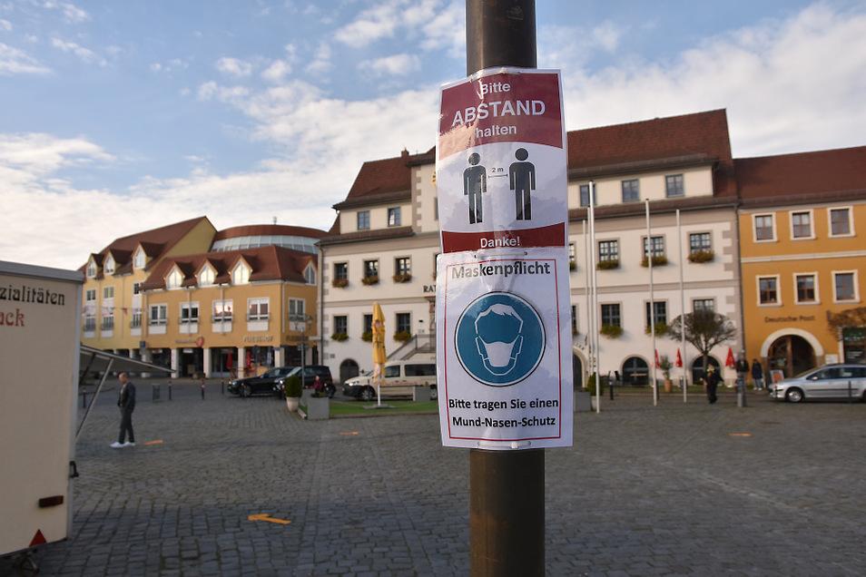An allen öffentlichen Orten, an denen Menschen dichter und länger zusammenkommen, ist im Landkreis Bautzen das Tragen einer Mund-Nasen-Bedeckung angeordnet. Das gilt auch auf dem Wochenmarkt in der Hoyerswerdaer Altstadt.