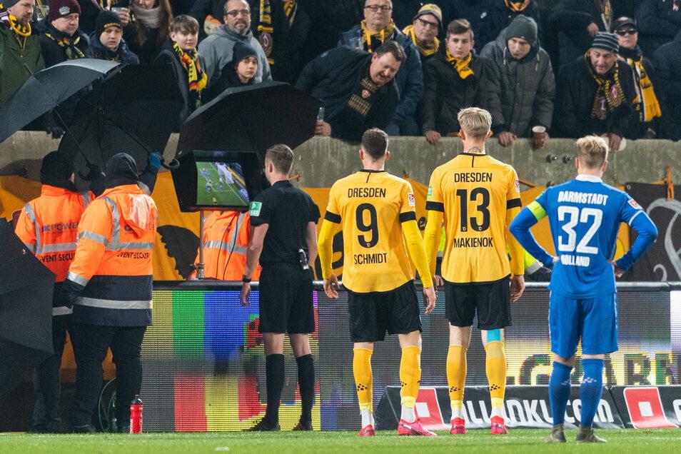 Schiedsrichter Michael Bacher schaut sich im Stadion die Szene noch mal in Zeitlupe an - und trifft doch eine mehr als umstrittene Entscheidung.