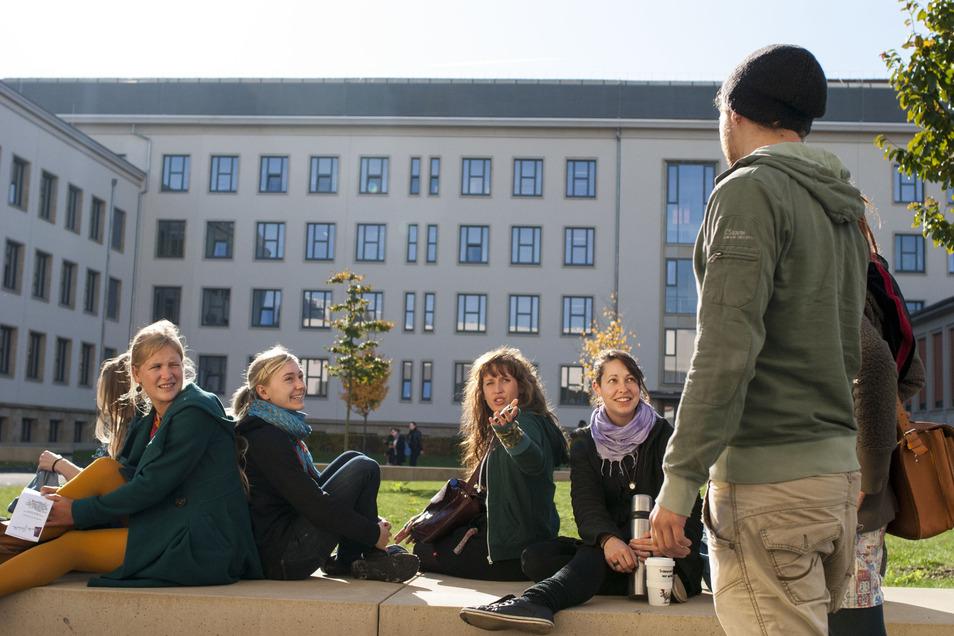 Lernen auf einem modernen Campus – die EHS bietet mehrere grundständige und berufsbegleitende Studiengänge an.