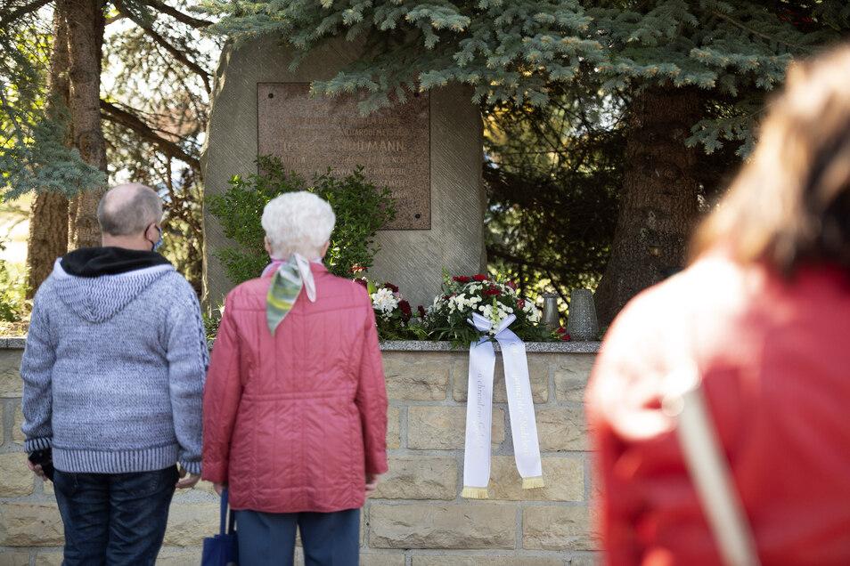 Vor dem Gedenkstein in Friedewald legten Bürger Blumen ab.